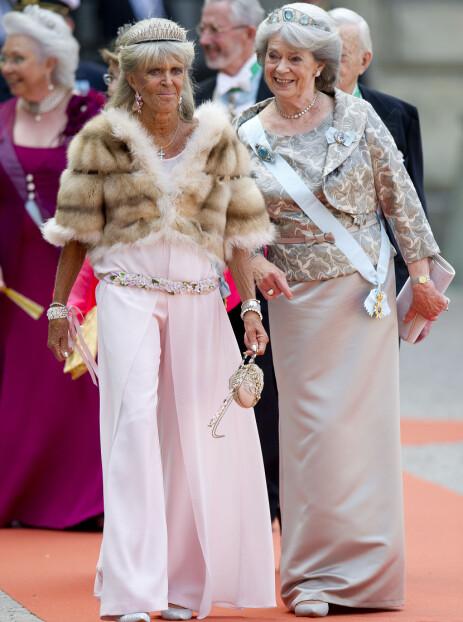 VIL HELLER VÆRE MED BARNA: Prinsesse Birgitta avbildet sammen med en av sine søstre, prinsesse Margaretha, fru Ambler, under bryllupet til prins Carl Philip og prinsesse Sofia i 2015. Foto: NTB scanpix