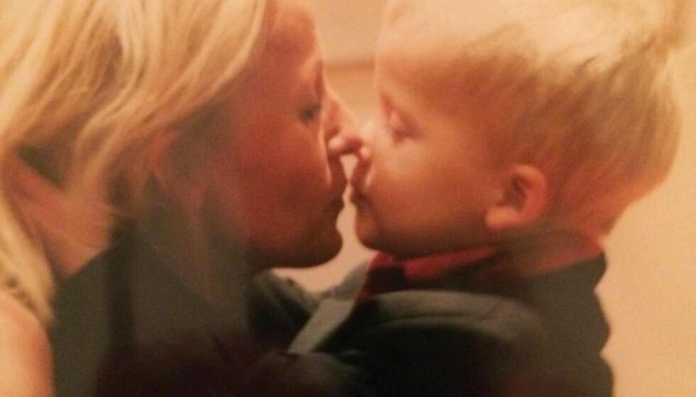 NÆRT FORHOLD: Carl Aksel har hatt et nært forhold til sin mor Anne Beth både før, under og etter sin tøffe tid. Her er han sammen med henne som liten gutt. Foto: Privat