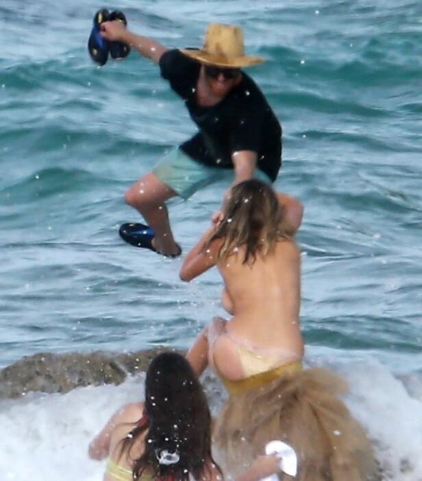 HOLDER FAST: Fotografen forsøker å redde Kate Upton fra bølgen. Foto: Stella Pictures