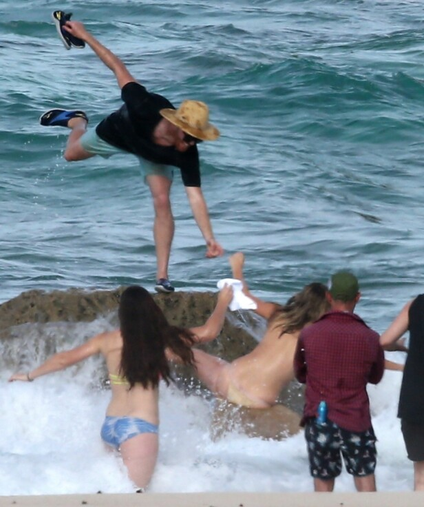 GLIPPER TAK: Stenen er for glatt for Kate Upton og fotografen glipper taket. Kate faller hardt ned på stenene bak henne. Foto: Stella Pictures