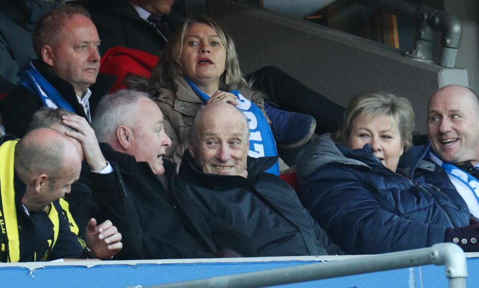 PÅ TRIBUNEN: Kong Harald så ut til å være i godt humør på tribunen under dagens Cupfinale på Ullevaal Stadion. Foto: Andreas Fadum/ Se og Hør.