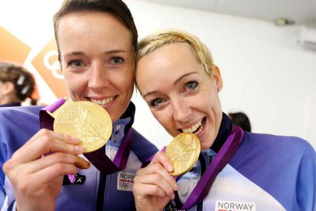 GULL: Både Kristine og Katrine har briljert på håndballbanen med det norske flagget på brystet. Her var søstrene sammen etter OL i London i 2012. Foto: NTB Scanpix