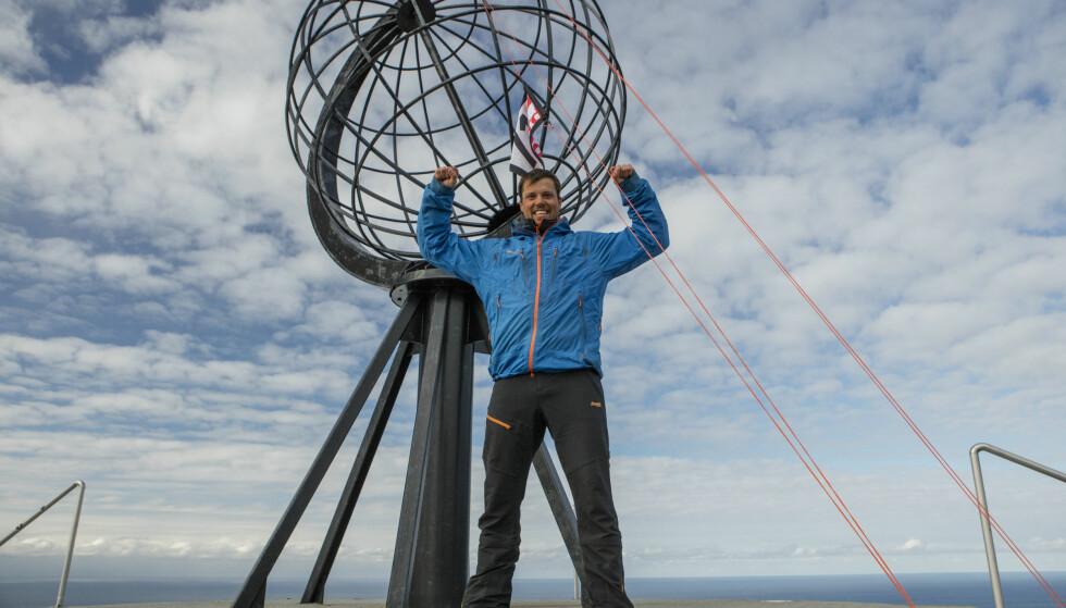 JUBLET: Stegavik kom med et høyt seiersdrønn da han innså at han hadde heiset flagget til toppen av stanga først. Foto: Matti Bernitz / Discovery