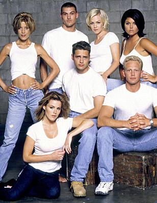 90-TALLS STJERNE: Tori Spelling (bak t.v.) sammen med flere av kollegene i 90-talls serien «Beverly Hills 90210» Foto: All Over Press