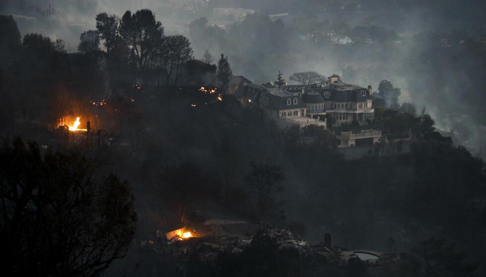 LUKSUSBOLIGER: Flere luksusboliger i Bel-Air trues av de kraftige brannene. Foto: AP Photo/Jae C. Hong)