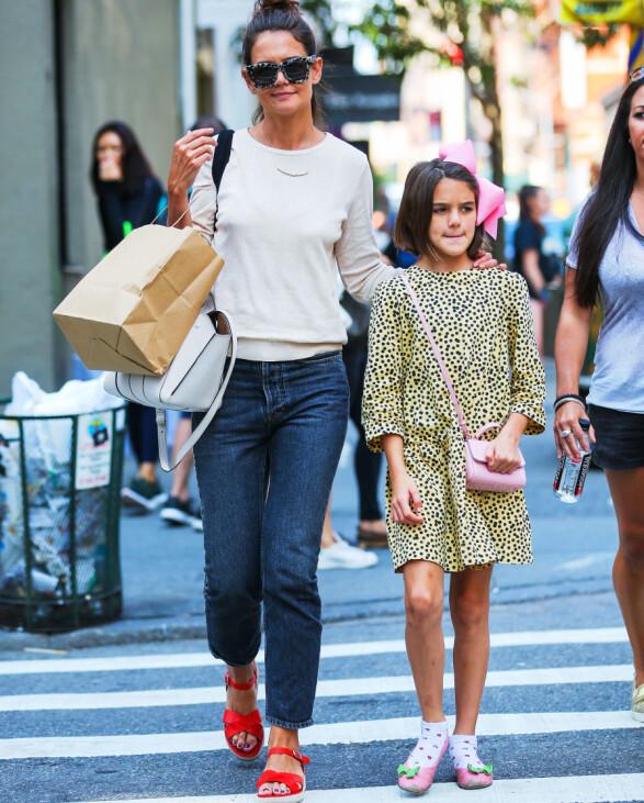 GATELANGS: Katie Holmes og Suri Cruise blir med jevne mellomrom avbildet i hverdagslivet sitt i New York. Her er de sammen i august. Foto: Splash News/ NTB scanpix