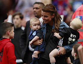 <strong>FOTBALLGLADE:</strong> Coleen og barna heier ofte på pappa Wayne fra sidelinja. Foto: Reuters
