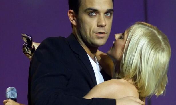 <strong>KORT FLØRT:</strong> Robbie Williams og Geri Halliwell hadde et kortvarig forhold på begynnelsen av 2000-tallet. Her avbildet under «Brit Awards» I 2001 der «Feel»-sangeren vant pris som beste britiske mannlige artist. Foto: AP Photo / Max Nash