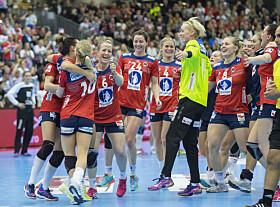 GULLJENTER: Forventningene til de norske håndballjentene er skyhøye før søndagens finale. Foto: NTB Scanpix
