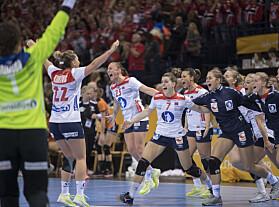 FINALEKLARE: Norge spilte overlegent mot Nederland i semifinalen. Her jubler jentene over finaleplassen. Foto: NTB Scanpix