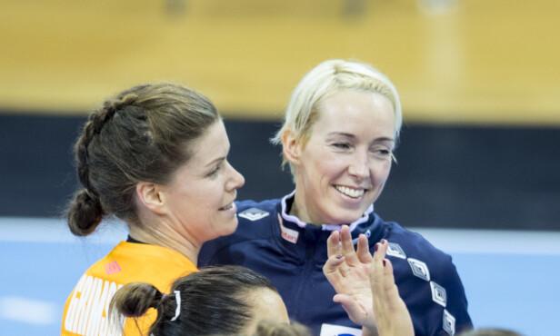 GODE SAMMEN: Katrine Lunde og Kari Aalvik Grimsbø har stengt buret og er en stor grunn til Norges finaleplass. Foto: NTB Scanpix