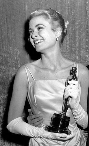 VANT OSCAR: Før Grace Kelly ble fyrstinne av Monaco, var hun en av verdens mest ettertraktede skuespillere. Her med sin nyvunnede Oscar-statuett. Foto: NTB scanpi
