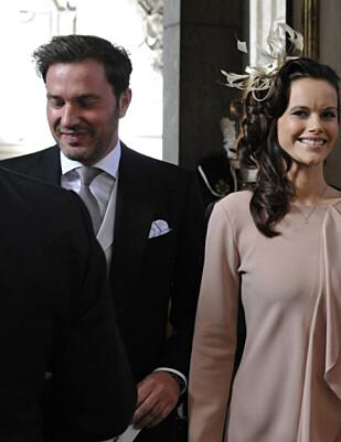 AV OG PÅ: Prins Carl Philip forelsket seg i Sofia Hellqvist, en tidligere realitystjerne i Sverige. Her er hun fotografert på vei til prinsesse Estelles dåp i 2012, sammen med Chris O'Neill. Foto: Pontus Lundahl / NTB scanpix