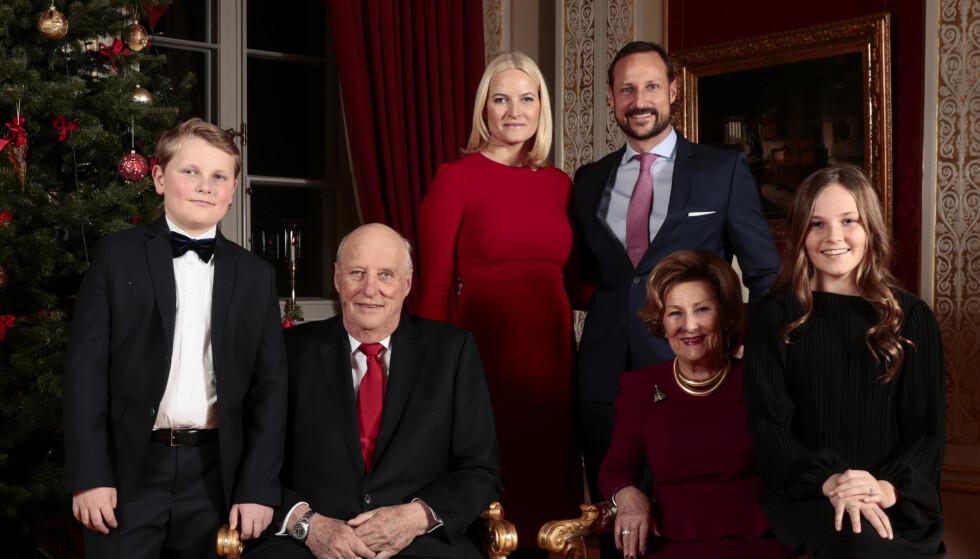 <strong>ÅRETS JULEKORT:</strong> Kongefamilien stiller til julefotografering. F.v. prins Sverre Magnus, kong Harald, kronprinsesse Mette-Marit, dronning Sonja, kronprins Haakon og prinsesse Ingrid Alexandra på Slottet. Foto: Lise Åserud / NTB Scanpix