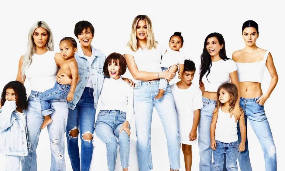 FORSVUNNET: Hele familien er samlet på familiebildet til Kardashian-familien bortsett fra én person. Foto: Skjermdump, Instagram
