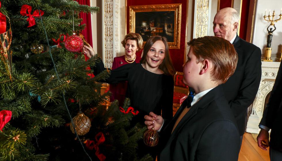 GOD JUL, DA! Prins Sverre Magnus, kong Harald, dronning Sonja og prinsesse Ingrid Alexandra på Slottet. Foto: Lise Åserud / NTB scanpix