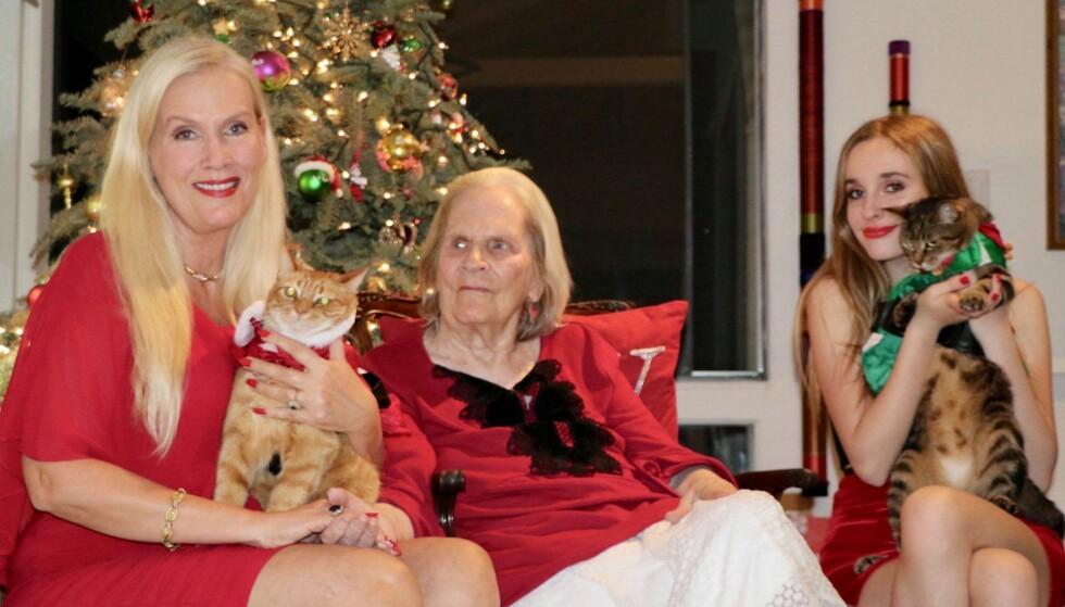 <strong>JULESTEMING:</strong> Gunilla Persson i full juleoppsats sammen med kattene Tusse og Lulle, dattera Erika Persson og mora Iris Persson. Foto: Privat