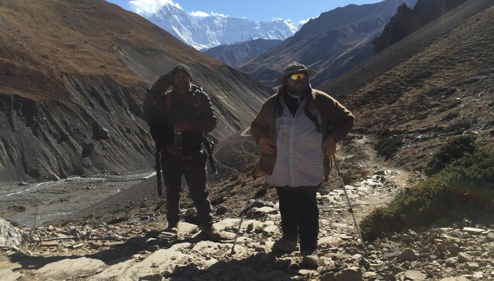 SAMMEN IGJEN: I høst vandret Ash Bahador og jeg i fjellene i 9–10 timer hver dag for å klare å nå toppen. I 1993 gjorde vi det samme, da var Ash en fattig gutt uten sko som skulle hjelpe meg over fjellen. Foto: Privat