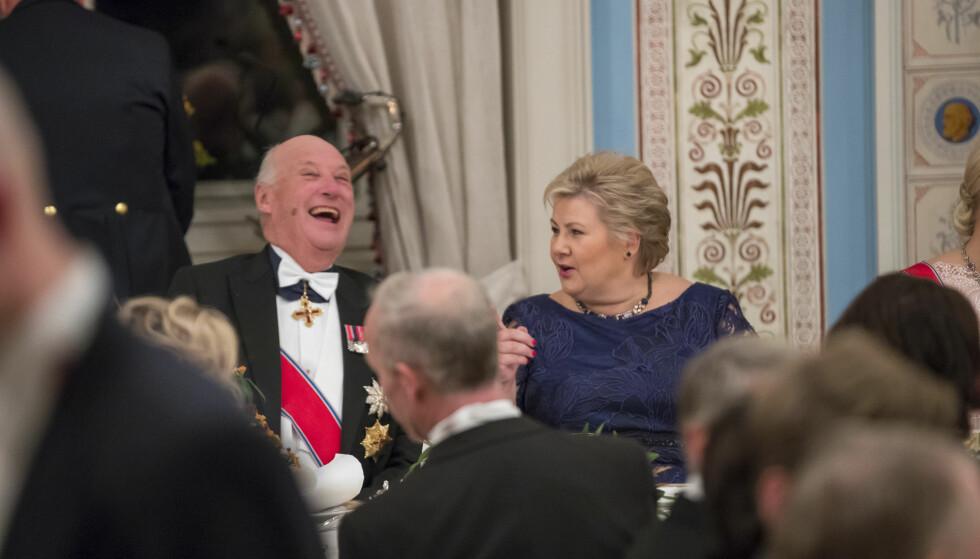 I GODT SELSKAP: Kong Harald og statsminister Erna Solberg under den tradisjonsrike stortingsmiddagen på Slottet tidligere i år. Foto: Heiko Junge / NTB scanpix