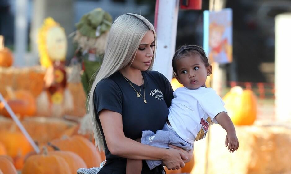 LUNGEBETENNELSE: Kim Kardashians to år gamle sønn, Saint West ble innlagt på sykehus med lungebetennelse. Foto: Splash News