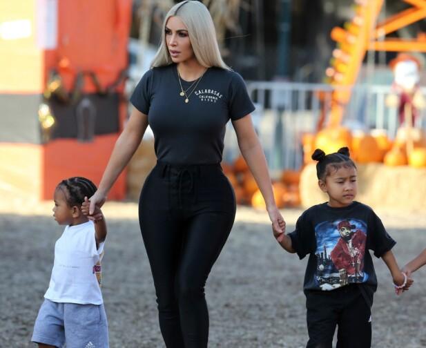 TREBARNSMOR: Kim har sønnen Saint og datteren North (4) sammen med ektemannen. Paret venter sitt tredje barn sammen. Foto: Splash News