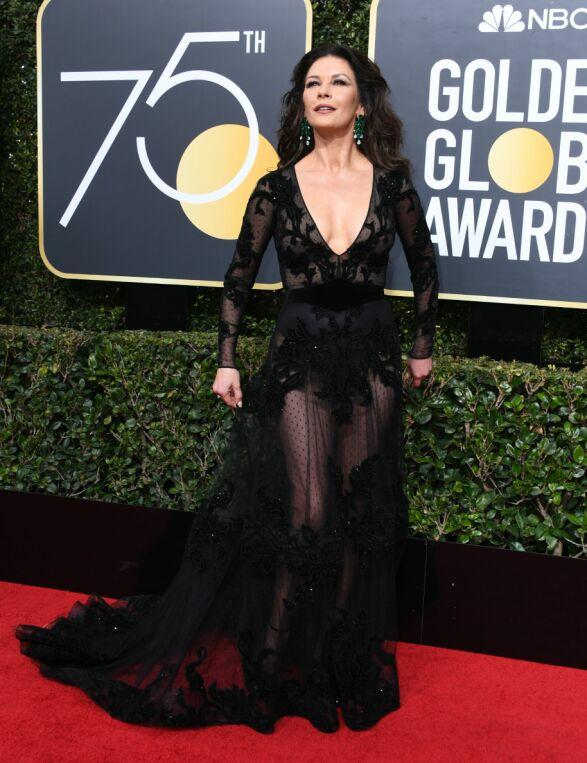 SORT: Catherine Zeta-Jones valgte en gjennomsiktig kjole med store øredobber for å vise at hun støtter kampanjen. Kjolen er fra Zuhair Murad. Foto: AFP PHOTO / VALERIE MACON, NTB scanpix