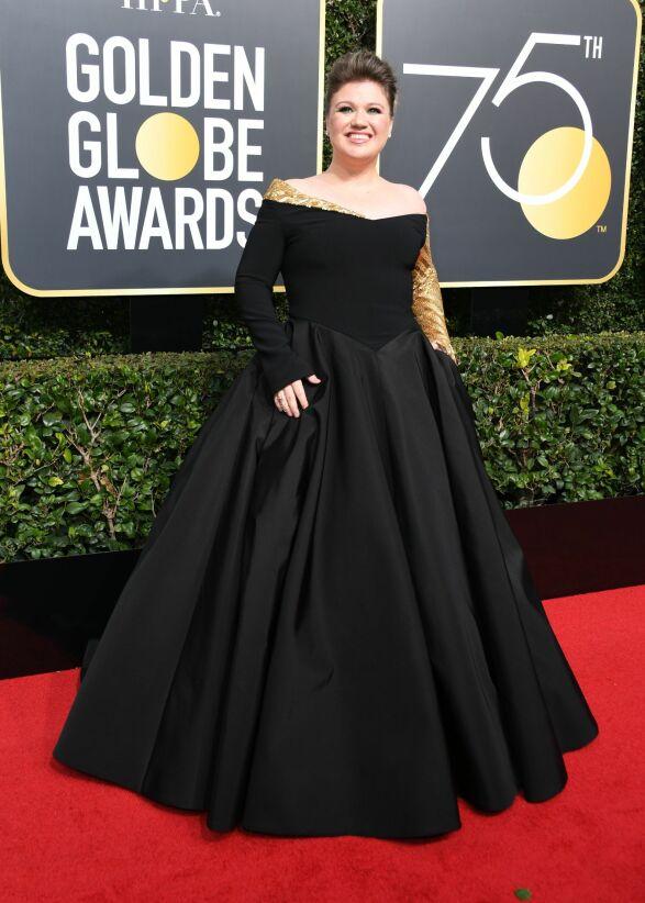 GULL: Kelly Clarkson valgte å skille seg ut med gulldetaljer på sin sorte kjole, signert Christian Siriano. Foto: AFP, NTB scanpix