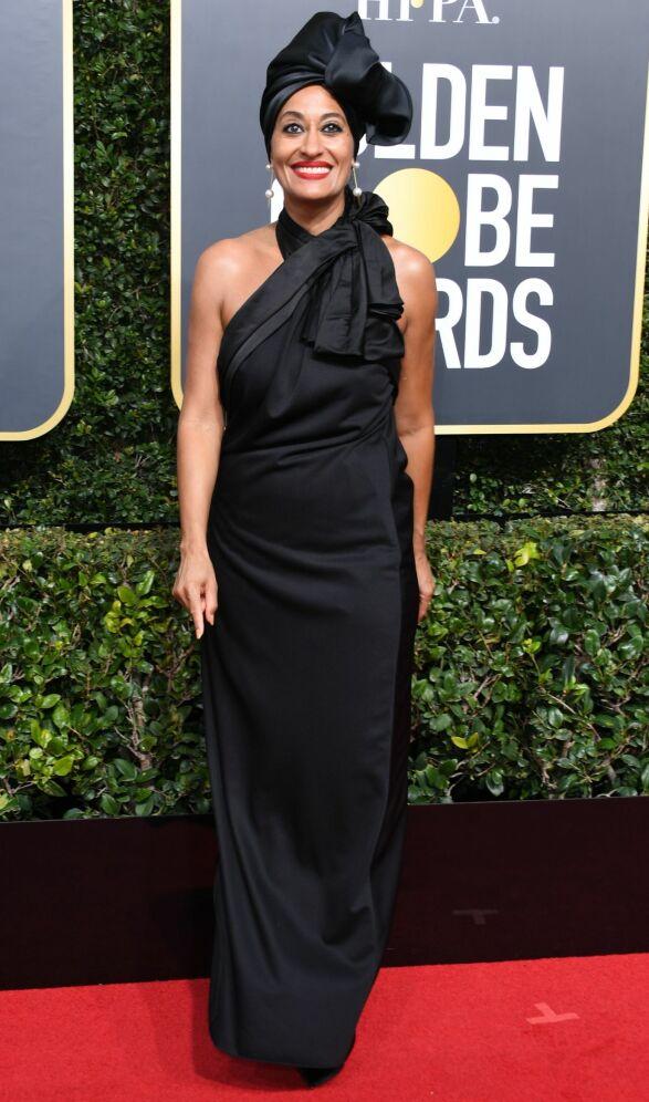 STRÅLTE: Skuespiller Tracee Ellis Ross valgte å style sin svarte kjole med perler i ørene og hodepryd. Kjolen er laget av Marc Jacobs. Foto: AFP, NTB scanpix