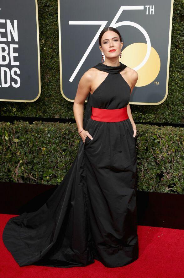 RØDT: Mandy Moore hadde på seg sort, men valgte en ekstra, rød detalj, i form av et magebelte. Kjolen var fra Rosie Assoulin. Foto: NTB scanpix