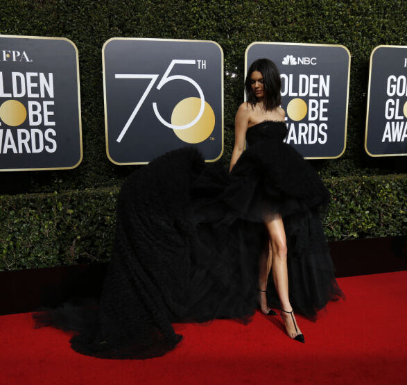 STJAL SHOWET: Kendall Jenner hadde på seg en stor, sort kjole. Foto: NTB scanpix