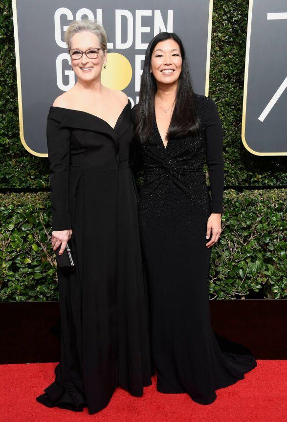 TYDELIG STANDPUNKT: Meryl Streep hadde med seg Ai-jen Poo, direktør for National Domestic Workers Alliance, for å vise at hun støtter den mye omtalte kampanjen. Streep var ikledd Vera Wang. Foto: AFP, NTB scanpix