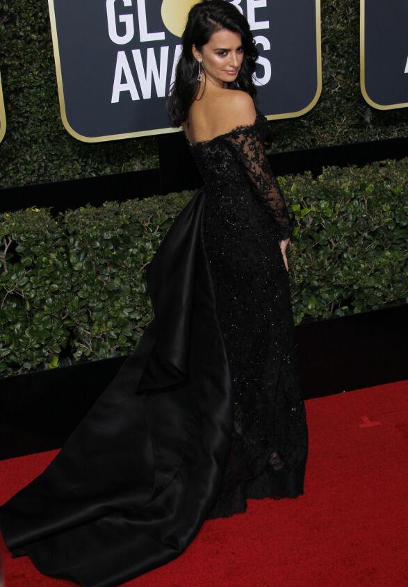 ÅPEN RYGG: Penelope Cruz valgte denne kreasjonen fra Ralph & Russo. Foto: NTB scanpix