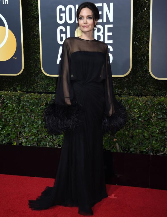 GLAMORØS: - Den oser glamour og er til tross for at den er svart, deilig «over-the-top», sier Ingeborg Heldal om kjolen til Angelina Jolie. Foto: NTB scanpix