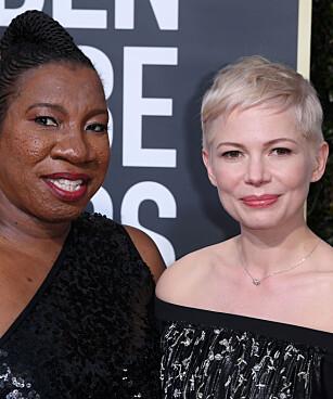 MEKTIG DATE: Michelle Williams tok med seg #MeToo grunnlegger på årets Golden Globe. Foto: NTB Scanpix