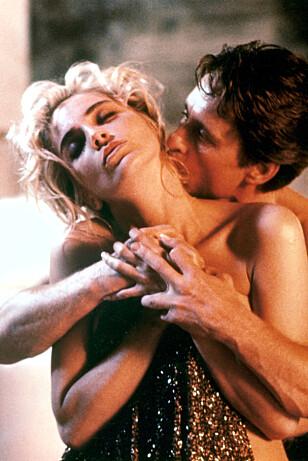 <strong>FILMSTJERNE:</strong> Michael Douglas og Sharon Stone i en scene fra filmen «Basic Instinct» i 1992. Foto: Stella Pictures.