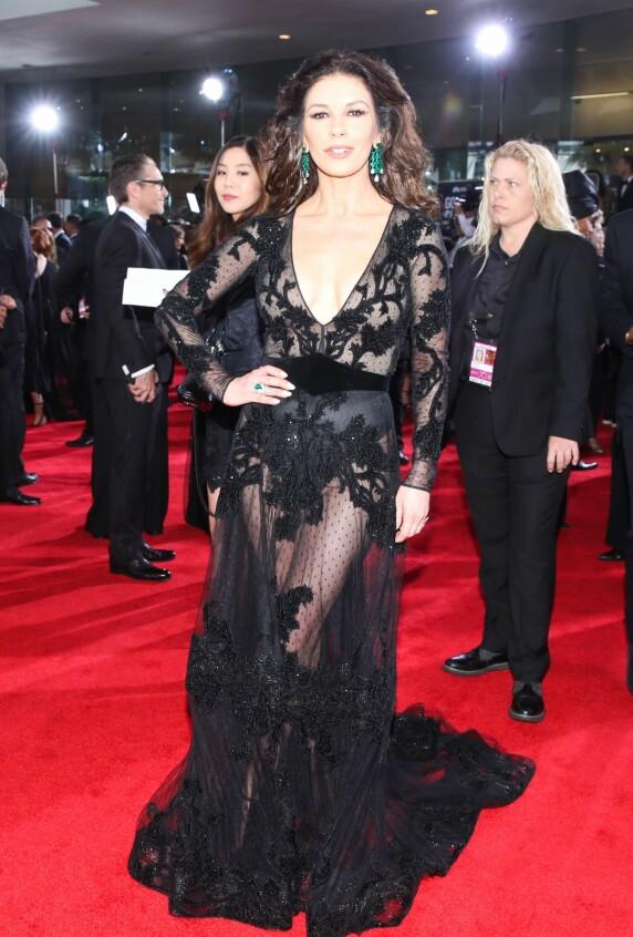 <strong>KLEDD I SORT:</strong> Catherine Zeta-Jones var en de mange Hollywood-stjernene som valgte å kle seg i sort under årets Golden Globe-utdeling. Foto: NTB Scanpix