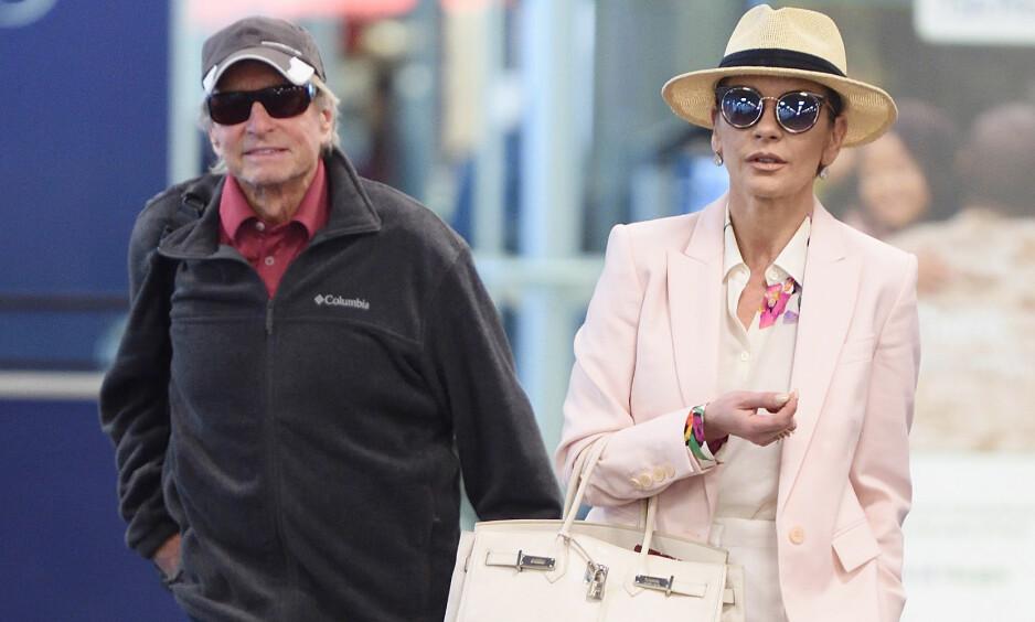 <strong>SAMMEN I TYKT OG TYNT:</strong> Michael Douglas og Catherine Zeta-Jones avbildet sammen på JFK-flyplassen i New York i november. Foto: Splash News/ NTB scanpix