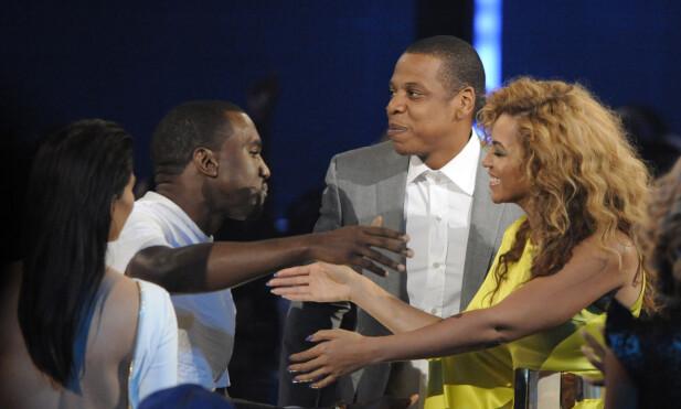 GJENGEN SAMLET: Beyoncé sammen med Jay Z og Kim gratulerer Kanye etter at han vant en pris under BET-utdelingen i 2012. Foto: NTB Scanpix