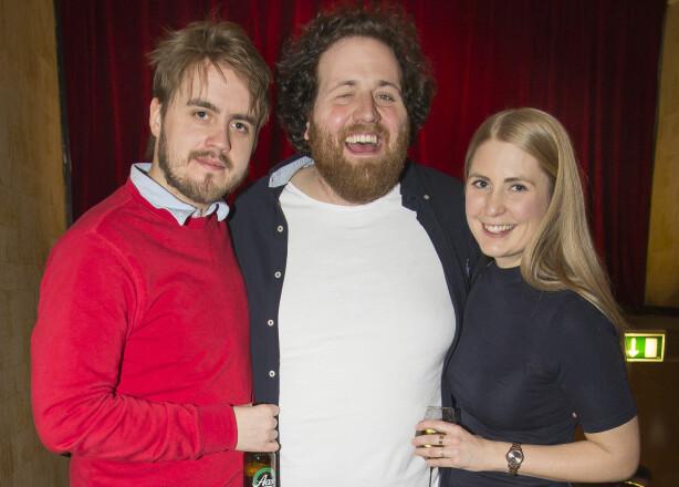 PÅ PREMIERE: De tre «P3-morgen» programlederne Markus Neby, Ronny Brede Aase og Silje Nordnes kom sammen til premieren «Åpent forhold» på Chat Noir forrige uke. Foto: Andreas Fadum.