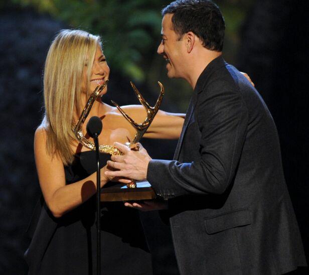 GODE VENNER: Jennifer Aniston og Jimmy Kimmel har vært venner i mange år. Her overrekker Jennifer en pris til Jimmy under Spike TV's Guys Choice Awards i 2013. Foto: NTB Scanpix