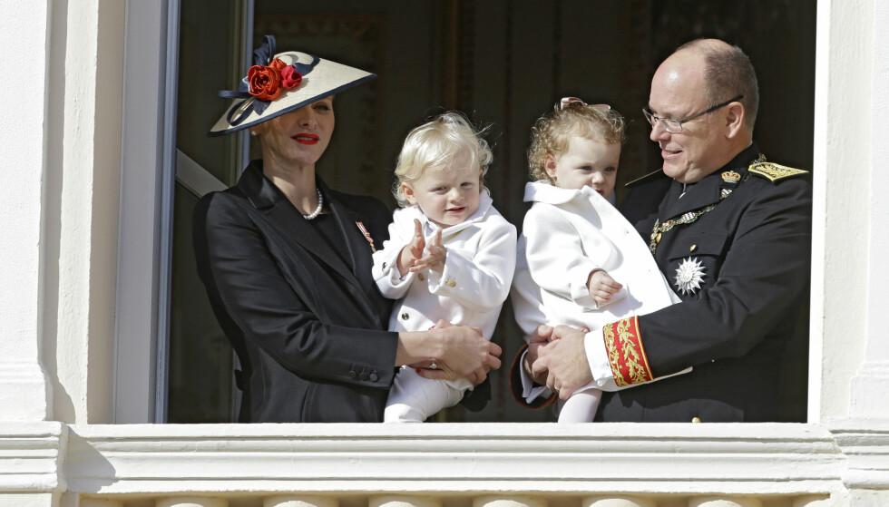 FIN FAMILIE: Om fyrstinne Charlene skulle få egne barn eller holde ut med fyrst Albert, er det blitt stilt spørsmål ved i flere år. Hun har likevel klart å motbevise ryktebørsen utallige ganger. I dag fyller fyrstinnen 40 år. Foto: NTB scanpix