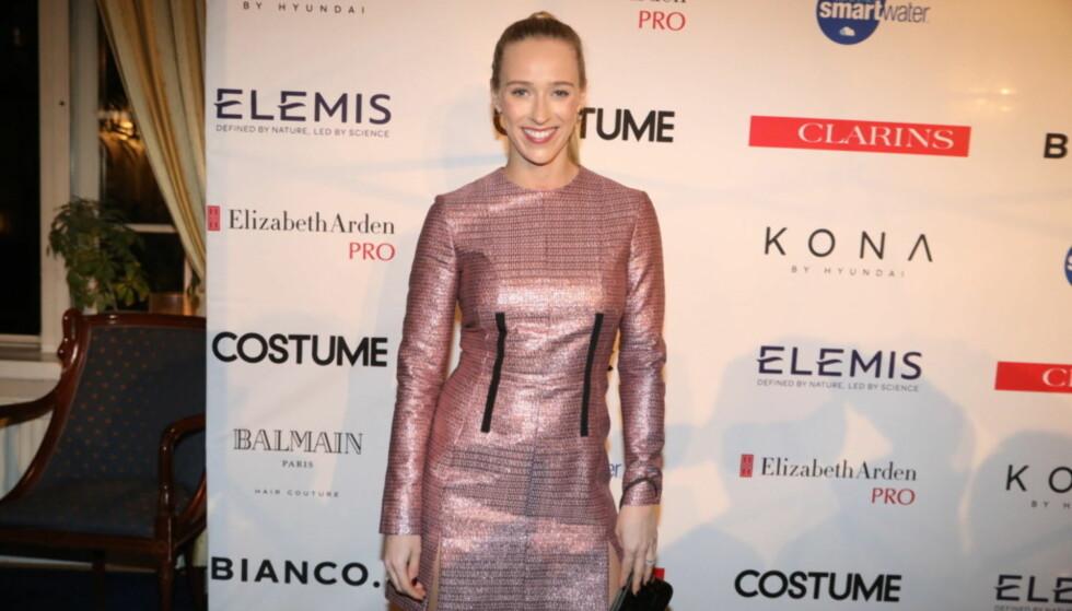 I ROSA: Katharina Flatland var også ute på Costuem Awards i kveld. Hun kom antrukket i en rosa kjole fra Carven og sko fra Zara. Foto: Christian Roth Christensen / Dagbladet