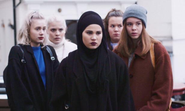 JENTEGJENGEN: Her er de fem jentene samlet under innspillingen av dramaserien. Foto: NRK