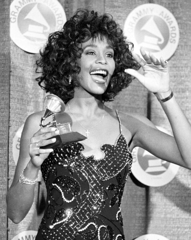 LEGENDE: Whitney Houston kan sies å være en av de mest suksessrike, kvinnelige artistene noen sinne. Låtene hennes huskes fortsatt, selv om hun ikke lenger er her. Foto: NTB scanpix