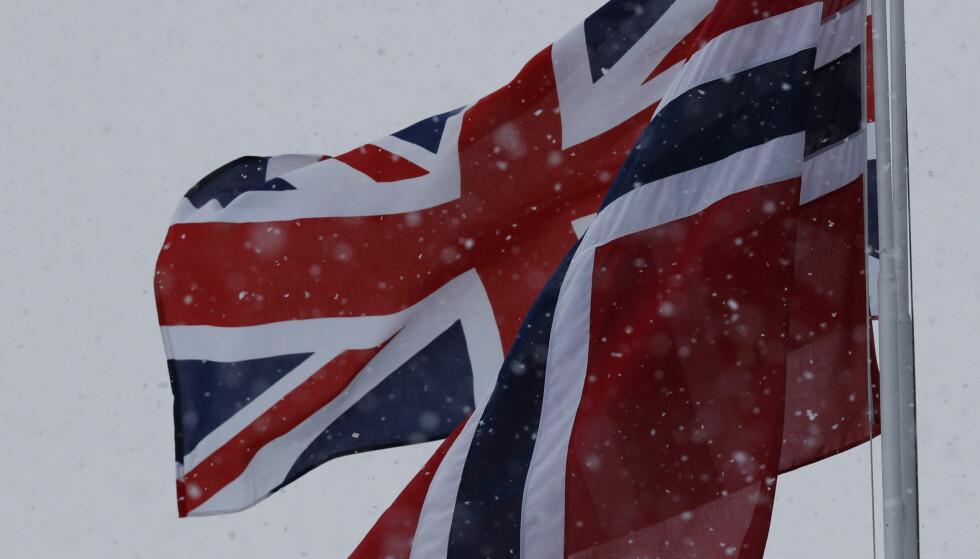 FLAGGES: På den militære delen av Gardermoen er det hengt opp britiske og norske flagg for å feire besøket. Foto: NTB scanpix