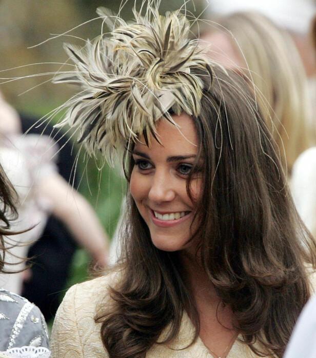 YES: Altså, Kate har på seg en død fugl. Likevel klarer hun å vise seg fram som en folkelig side hele tida. Foto: NTB scanpix