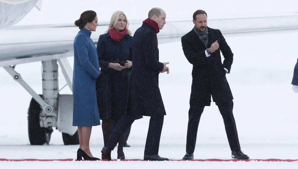 HILSTE PÅ: Kronprinsparet sto klare for å ønske sine kongelige kolleger velkommen til Norge på den militære delen av Oslo lufthavn. Foto: NTB scanpix