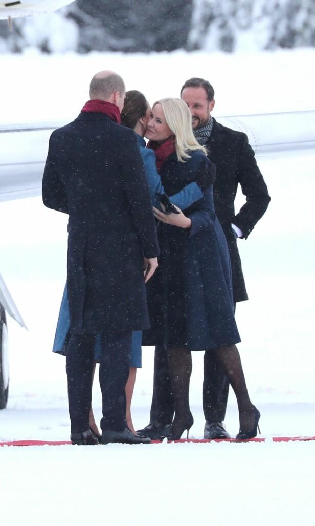 KJÆRKOMMENT GJENSYN: Kronprinsparet har møtt Kate og William tidligere, men det er første gang de er på offisielt besøk til Norge. Ankomsten virket trivelig, og parene sto og småpratet før de hoppet inn i ventende biler. Foto: Andreas Fadum/ Se og Hør