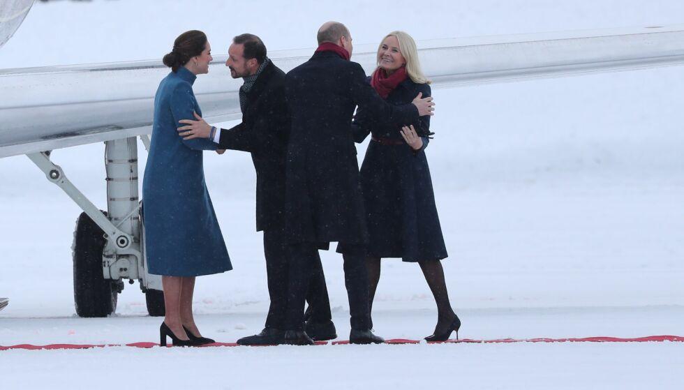 VELKOMMEN: Hertuginne Kate og prins William ankom Norge like etter klokka 12:00 torsdag ettermiddag. Kronprinsparet sto klare for å klemme britene. Foto: Andreas Fadum/ Se og Hør
