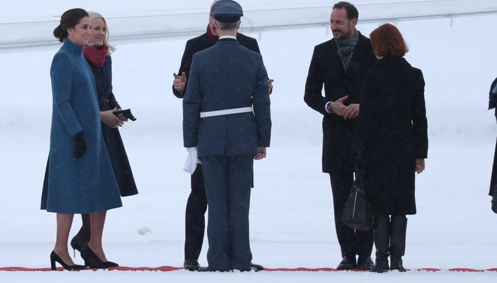 GOD STEMNING: Prins William så ut til å være i sitt ess etter ankomsten på Gardermoen. Foto: ANdreas Fadum/ Se og Hør
